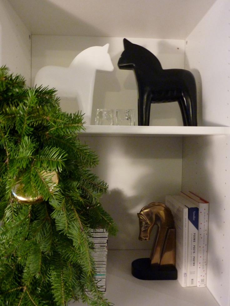 Honestyle-Holiday-Bookcase-Styling