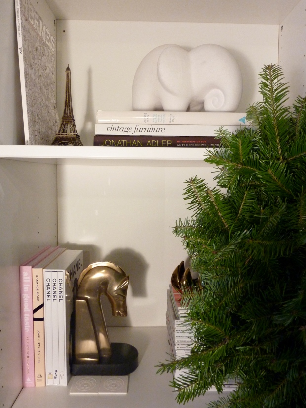 Honestyle-Holiday-Bookcase-Styling